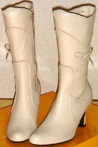 ベージュのミドル丈ブーツ