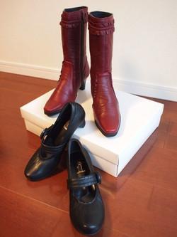 うさぎやの赤いブーツと黒のストラップパンプス