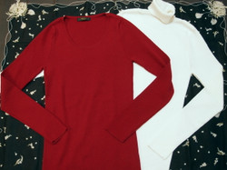 白のタートルニットと赤のクルーネックニット