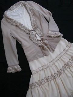 カットソーカーディガンと白の半袖カットソー、ティアードスカート