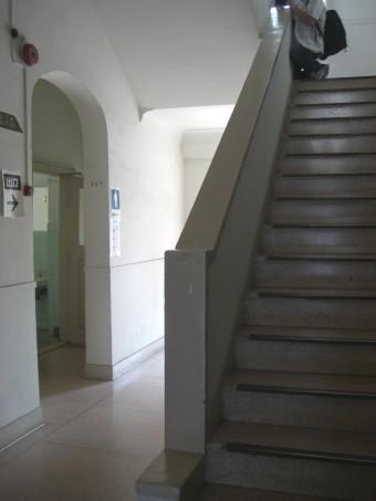 ストロングビル1階階段フロア