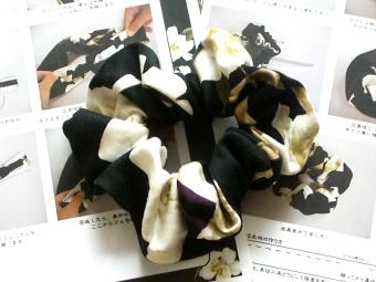 インゲボルグ手作りシュシュ(ガーデニアプリント黒)