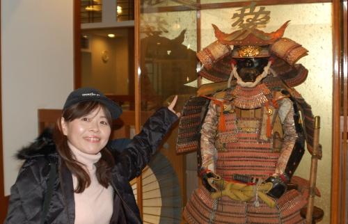 直江兼続の鎧兜と一緒に記念撮影